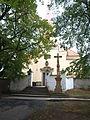 Kuželov, kostel Nejsvětější Trojice, schody s křížem.JPG