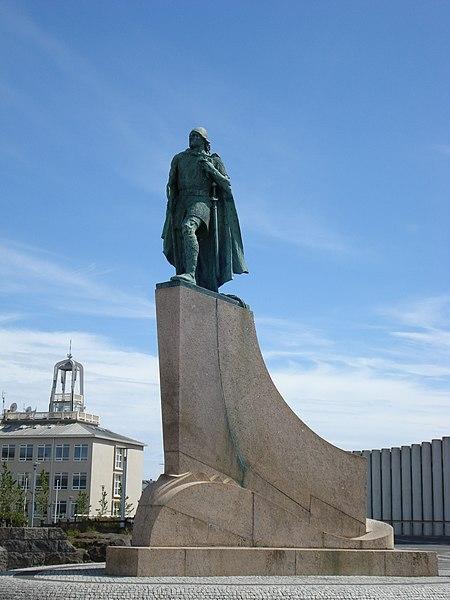Foto der Statue von Leif Eriksson in Reykjavík vor der Hallgrímskirkja (https://commons.wikimedia.org/wiki/File:LeifurEiriksson10.JPG)