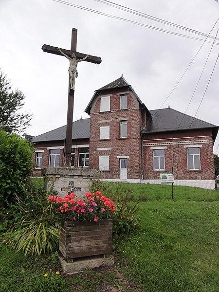 Ly-Fontaine (Aisne) croix de chemin et mairie