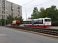 Makovského, před Bazovského, zametací auto a autobus.jpg