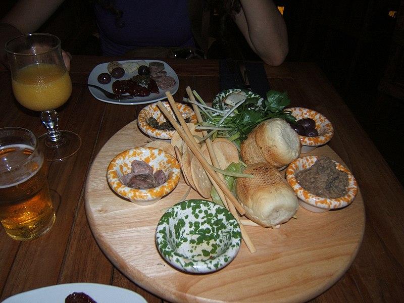Piatto tipico maltese formato da: salsiccia, olive sotto sale, pomodori soleggiati, capperi, formaggio tipico, pane e grissini tipici, tutto tipico.... e inoltre... la Bigilla, la coppetta piu' a destra formata da crema di piselli e aglio mi pare. Bevande: Miranda! (l'equivalente della Fanta... liofilizzata) e Birra Cisk (bionda leggera, sciacquata!)