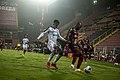 Manfred Ugalde lucha por la pelota con Adolfo Machado.jpg