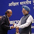 Manmohan Singh gave away the President's Police Medal to Shri Vijay Kumar, Assistant Director, New Delhi for distinguished services on the occasion of Independence day-2008, at the DGPsIGPs Conference-2008, in New Delhi.jpg