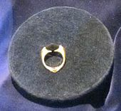 Marvolo Gaunt's ring with Resurrection Stone.jpg