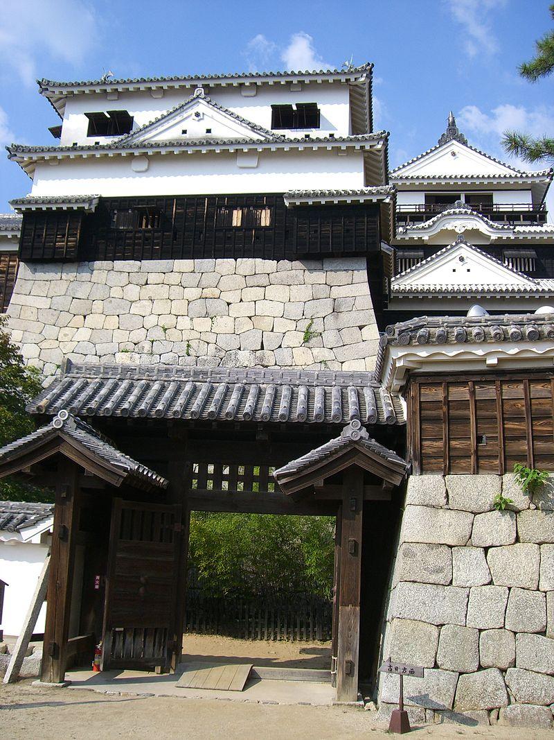 松山城大天守(右奥)、小天守(左)、紫竹門(左手前)