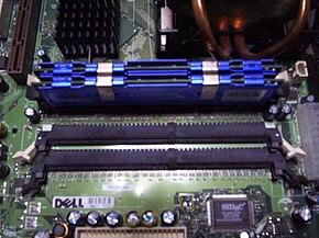 Módulos de memoria instalados de 256 MiB cada uno en un sistema con doble canal.
