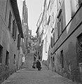 Mensen in een straatje met trappen, Bestanddeelnr 191-1232.jpg
