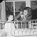Miss Canada terwijl zij een kind een appel aanbiedt, Bestanddeelnr 918-4772.jpg