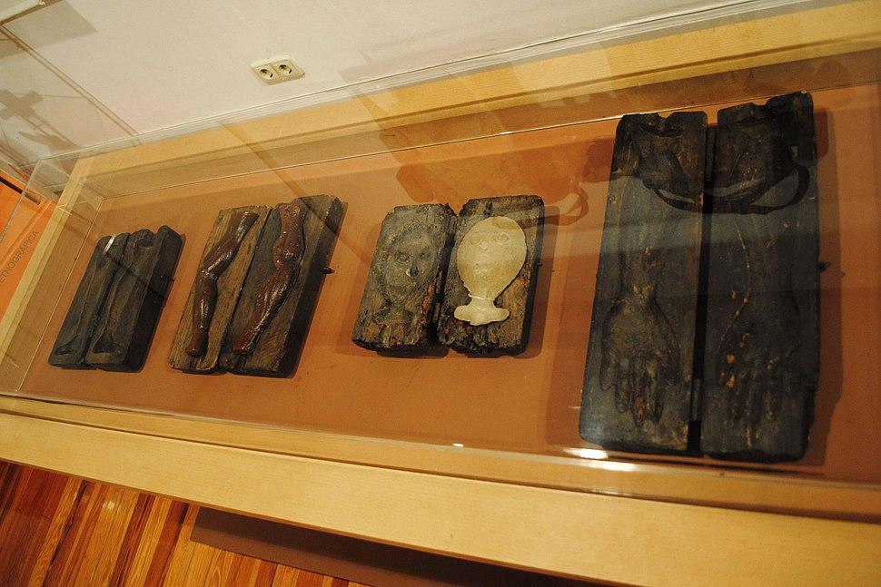 Moldes de madeira para facer exvotos de cera, no Museo Liste.