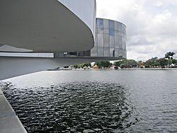 Parte da estrutura do museu sobre as águas do Açude Velho.