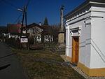 Nové Heřminovy - vchod do kaple Nejsvětější Trojice a kříž.JPG