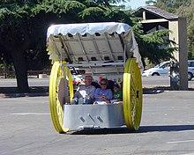 Robert Schneeveis[22] esibisce il suo veicolo elettrico amatoriale Silver Sofa alla trentatreesima edizione del rally annuale per auto elettriche della Silicon Valley Electric Automobile Association[23], nel 2005.