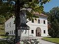 Opponitz Pfarrhof und Kriegerdenkmal.jpg