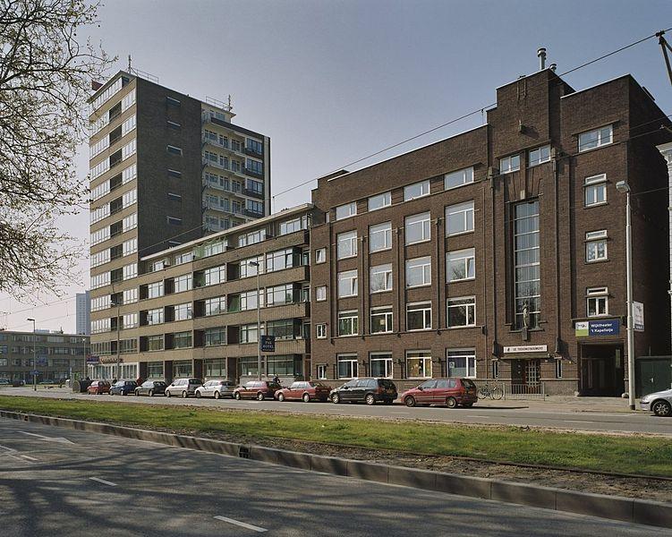 File:Overzicht woontoren (links) met aansluitend appartementencomplex aan de Schiekade - Rotterdam - 20371975 - RCE.jpg