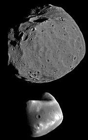 Phobos (nahoře), Deimos (dole)
