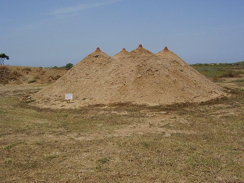 """הפסל """"פירמידה"""" בארסוף קדם"""