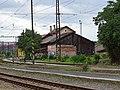 Praha-Holešovice zastávka, směr Praha-Bubny, budovy mezi tratěmi.jpg