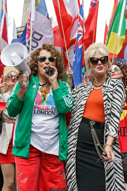 Joanna Lumley (höger) tillsammans med Jennifer Saunders (vänster) som sina rollfigurer Patsy Stone och Edina Monsoon, under Pride London 2016.