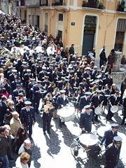 """La banda """"Primitiva"""" d'Alcoi a La Glòria de l'any 2008 al seu pas per la font redona."""