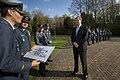 Prins van Oranje inspecteert laatste erewacht op de Eikenhorst.jpg