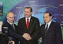 Erdoğan, il presidente della Russia Vladimir Putin e il presidente del consiglio italiano Silvio Berlusconi all'apertura del gasdotto Blue Stream nel novembre 2005
