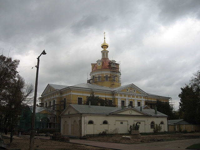https://upload.wikimedia.org/wikipedia/commons/thumb/e/e8/Rogozhskoe_cemetery_-_Protection_cathedral_02.JPG/640px-Rogozhskoe_cemetery_-_Protection_cathedral_02.JPG