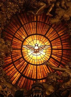 vitrail illuminé, une colombe ailes déployées dans la lumière