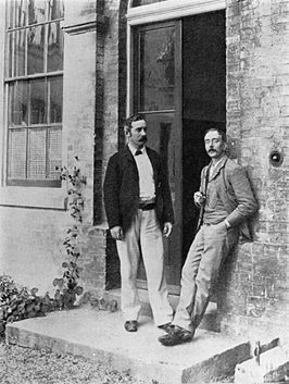 Charles Smart Roy en Charles Scott Sherrington (rechts), bij de deur van het Old Pathological Laboratory in Cambridge (1893)