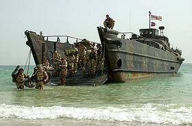 L'image «http://upload.wikimedia.org/wikipedia/commons/thumb/e/e8/Royal_Marines,_landing_craft_utility,_26Feb2003.jpg/280px-Royal_Marines,_landing_craft_utility,_26Feb2003.jpg» ne peut être affichée, car elle contient des erreurs.