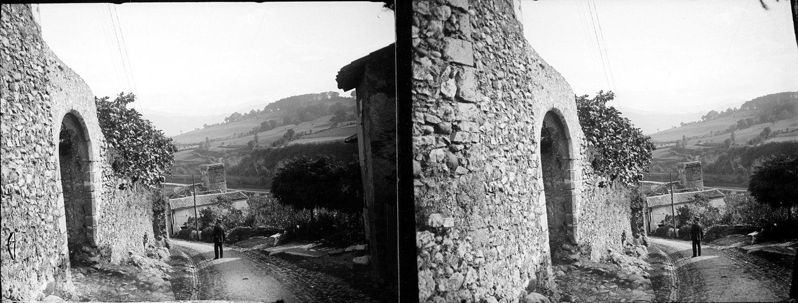Fonds Trutat - Photographie ancienne  Cote: TRU C 458 Localisation: Fonds ancien Original non communicable  Titre: Saint-Lysier (Ariège), porte, septembre 1905  Auteur: Trutat, Eugène Rôle de l'auteur: Photographe  Lieu de création: Saint-Lizier (Ariège) Date de création:  1905  Mesures: 11 x 5 cm  Mot(s)-clé(s):  -- Village -- Rue -- Mur -- Pierre -- Porte -- Arcade -- Maison -- Homme -- Végétation -- Lierre  -- Saint-Lizier (Ariège) -- Salat (France; vallée) -- Couserans (Ariège)  -- 20e siècle, 1e quart  Médium: Photographies Médium: Positifs sur plaque de verre -- Noir et blanc -- Stéréogrammes -- Paysages urbains   Bibliothèque de Toulouse. Domaine public