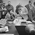 Sammy Davis jr in Nederland, tijdens persconferentie op Schiphol, Sammy Davis jr, Bestanddeelnr 916-1956.jpg