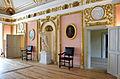 Schloss Caputh Festsaal Wand mit Marmorgruppe.jpg