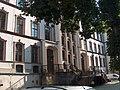 Schulhof Rote Schule mit Eingangsportal.jpg