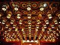Singapore Buddha Tooth Relic Temple Innen Hintere Gebetshalle Decke.jpg
