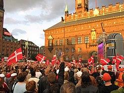 Kivetítőn focimeccset néző tömeg Koppenhágában