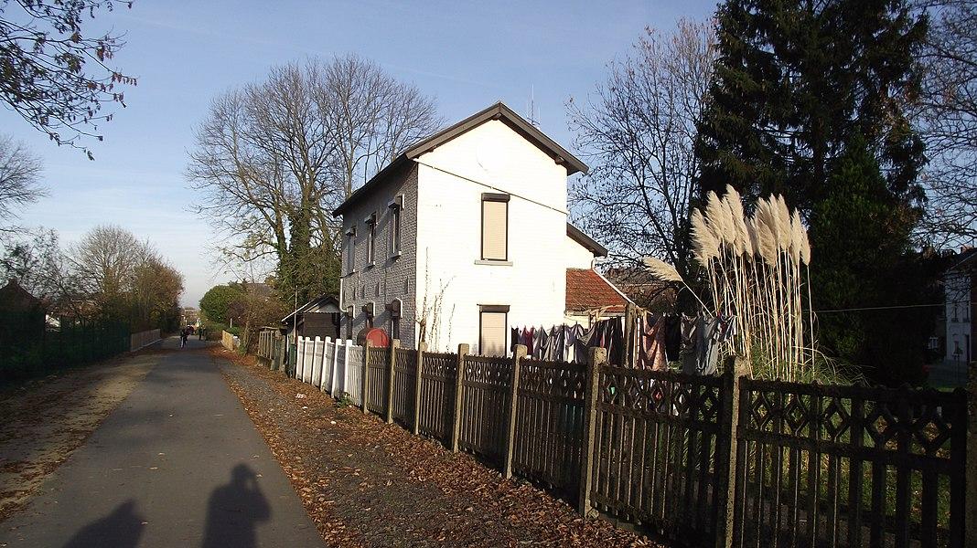 Gebouw langs de spoorlijn 108 in Binche.  Vermoedelijk een buurtspoorweggebouw. Rechts van het gebouw liep een buurtspoorweglijn en op deze plaats was er waarschijnlijk een goederen overslagplaats.