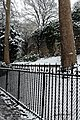 Square Samuel-de-Champlain (Paris) sous la neige, vu depuis l'avenue Gambetta 09.jpg