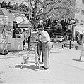 Straatfotograaf is pasfoto's aan het maken, Bestanddeelnr 255-1839.jpg