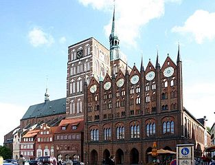 "Rathaus Stralsund Foto softeis  <a title=""cc-by-sa"" href=""http://creativecommons.org/licenses/by-sa/3.0/deed.de"" target=""_blank"">cc-by-sa</a> via commons.wikimedia.org"