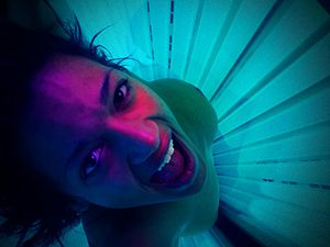 English: Woman uses a tanning bed.