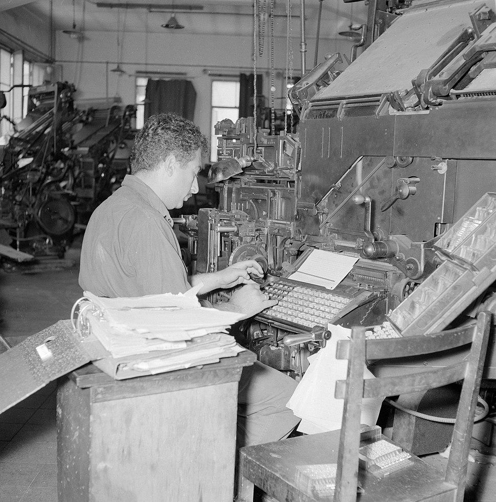 Tel Aviv. Typograaf aan het werk achter een linotype zetmachine in de drukkerij , Bestanddeelnr 255-1877