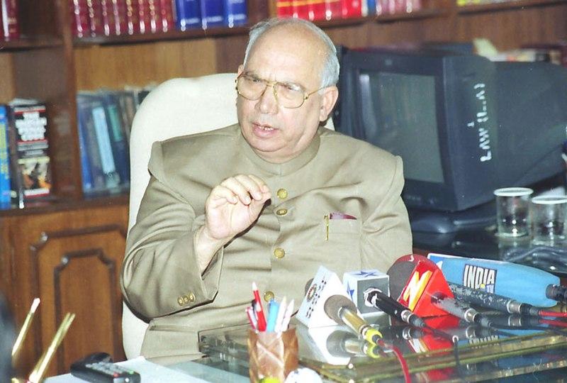 https://upload.wikimedia.org/wikipedia/commons/thumb/e/e8/The_Union_Law_Minister_Shri_H.R._Bhardwaj_briefing_the_Press_in_New_Delhi_on_October_19%2C_2004.jpg/800px-The_Union_Law_Minister_Shri_H.R._Bhardwaj_briefing_the_Press_in_New_Delhi_on_October_19%2C_2004
