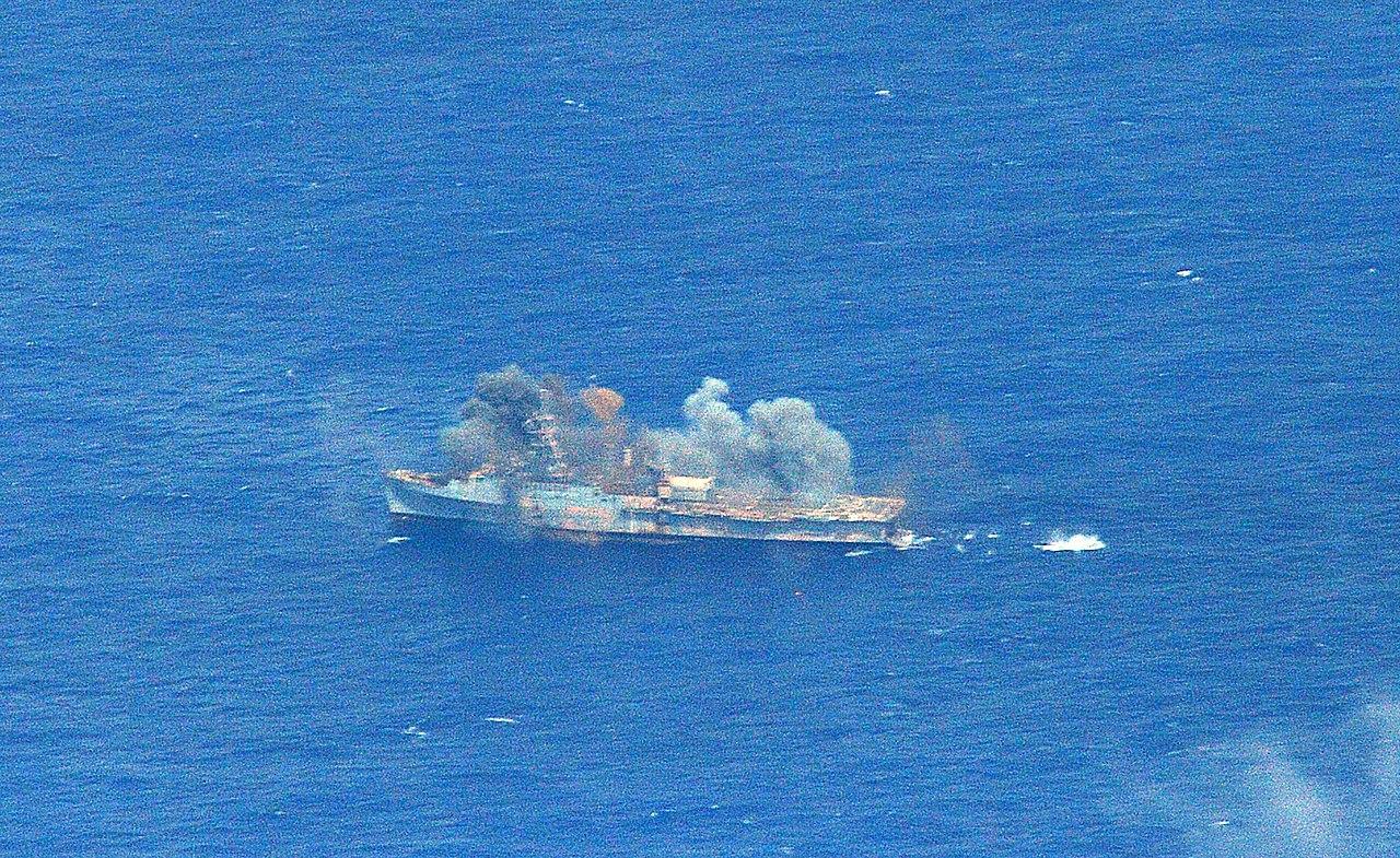 Participacion SEMAR Ejercicio RIMPAC 2014 - Página 3 1280px-USS_Ogden_%28LPD-5%29_being_sunk_during_RIMPAC_2014