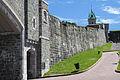 Un mur des fortifications de Québec et la porte Saint-Jean à place D'Youville, Québec.jpg