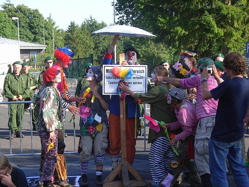 Unsere Zukunft Atomwaffenfrei - Demo Büchel 2008 - Clownsarmee.jpg
