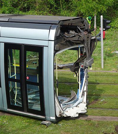 Valenciennes & Anzin - Déraillement de la rame de tramway n° 17 à la sortie du dépôt de Saint-Waast le 11 avril 2014 (027).JPG