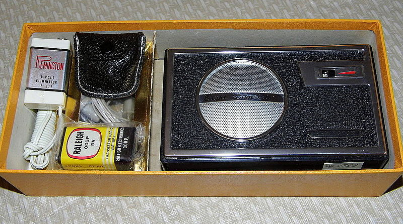 File:Vintage Remington 8-Transistor Radio with AC-DC Electronic Converter-Charger, Model YT-981M, Made in Japan (8699929650).jpg