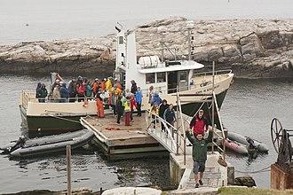 Shoals Marine Laboratory - Volunteers disembarking from the R/V John M. Kingsbury