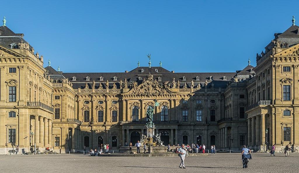 Residenzplatz mit Frankonia-Brunnen vor der Würzburger Residenz. Blick nach Osten. West facade of the Wurzburg Residence 08