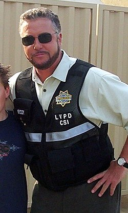 Gil Grissom en uniforme de la police scientifique.
